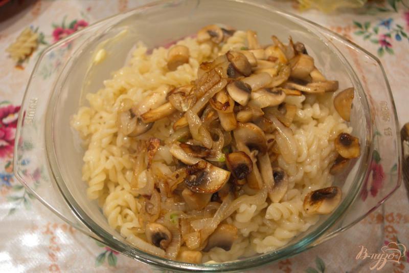Фото приготовление рецепта: Запеканка из макарон с грибами и сыром шаг №5