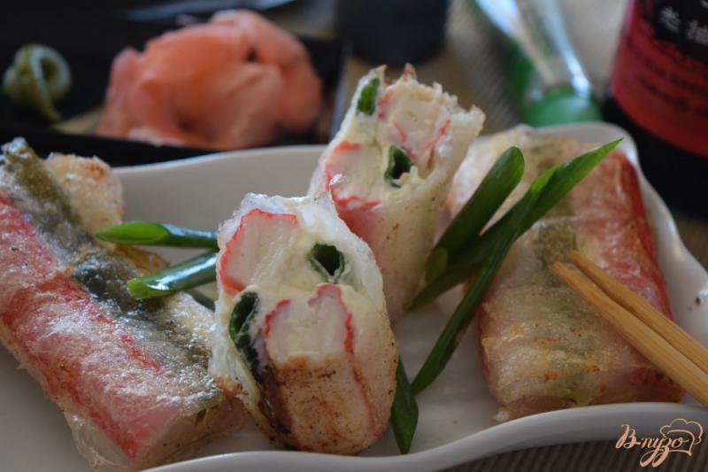 Фото приготовление рецепта: Cпринг- роллы с крабовыми палочками и сливочным сыром шаг №7