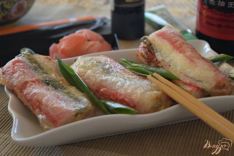 Фото приготовление рецепта: Cпринг- роллы с крабовыми палочками и сливочным сыром шаг №6