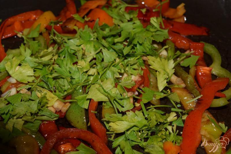 Фото приготовление рецепта: Теплый салат с болгарским перцем шаг №7