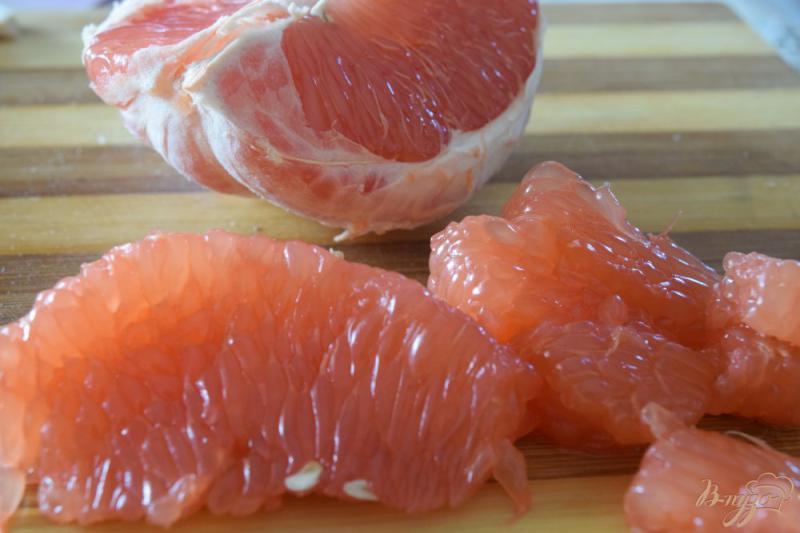 Фото приготовление рецепта: Салат с курицей, киви и грейпфрутом шаг №3
