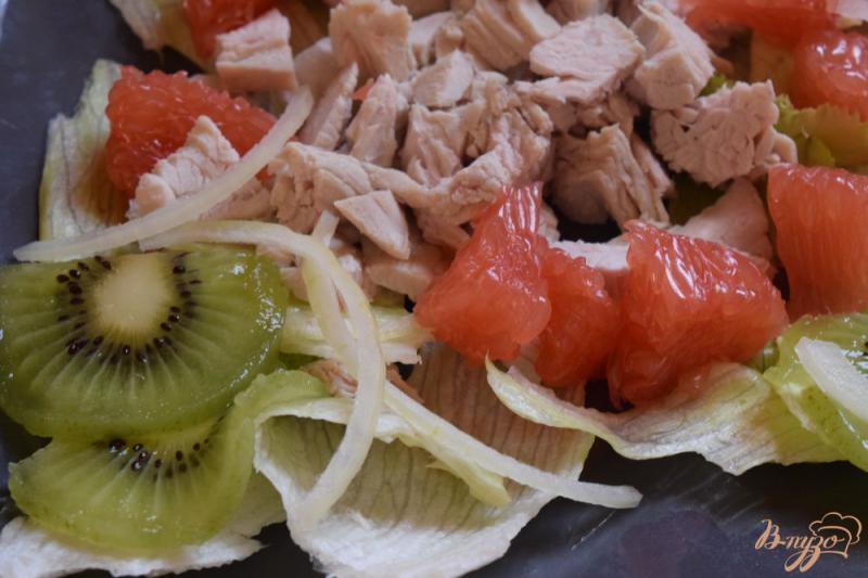 Фото приготовление рецепта: Салат с курицей, киви и грейпфрутом шаг №4