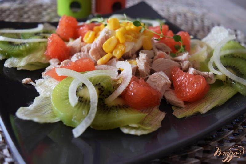 Фото приготовление рецепта: Салат с курицей, киви и грейпфрутом шаг №6