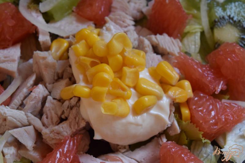 Фото приготовление рецепта: Салат с курицей, киви и грейпфрутом шаг №5