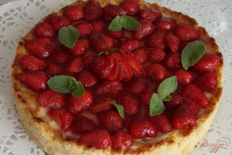 Фото приготовление рецепта: Тирольский пирог с клубникой шаг №19