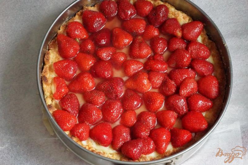 Фото приготовление рецепта: Тирольский пирог с клубникой шаг №18