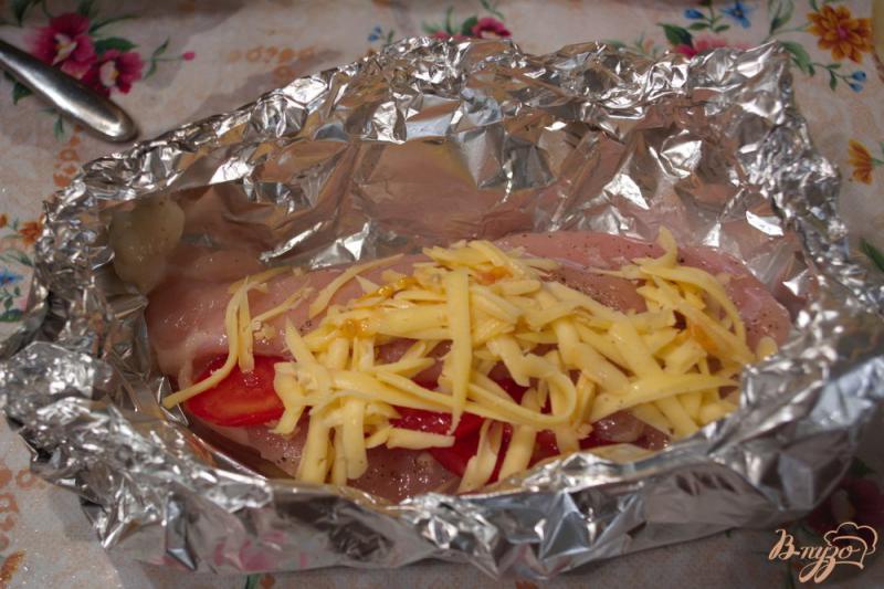 Фото приготовление рецепта: Запеченная куриная грудка с помидорами и чесноком шаг №4
