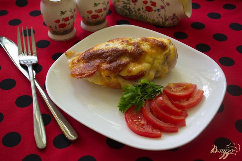 Фото приготовление рецепта: Запеченная куриная грудка с помидорами и чесноком шаг №5