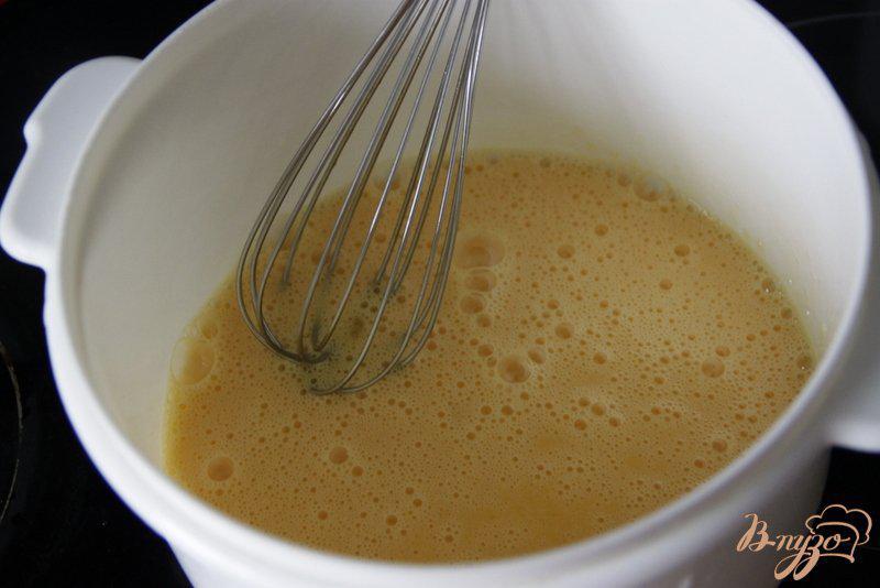 Фото приготовление рецепта: Яичный суп с кукурузой и сыром шаг №2