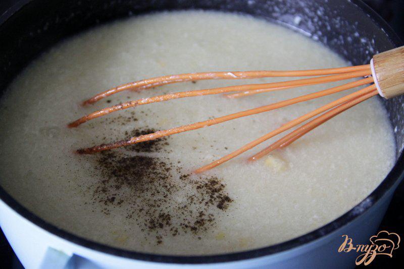 Фото приготовление рецепта: Яичный суп с кукурузой и сыром шаг №6