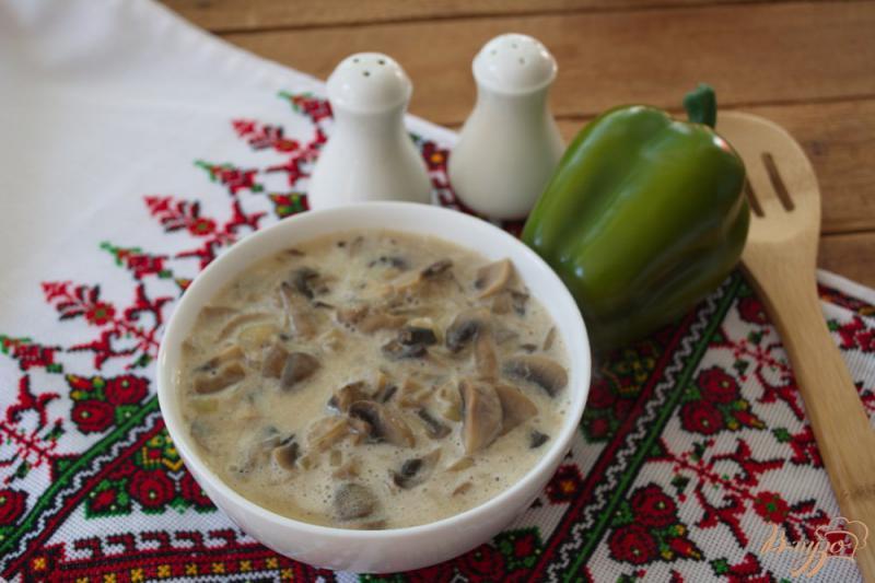 Фото приготовление рецепта: Шампиньоны тушеные в сырном соусе шаг №6