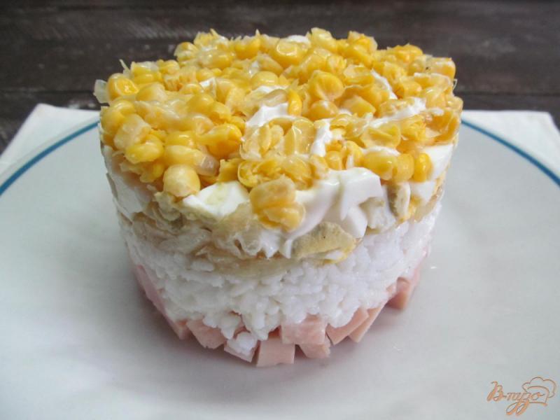 Фото приготовление рецепта: Слоенный салат из кукурузы яйца и риса шаг №8