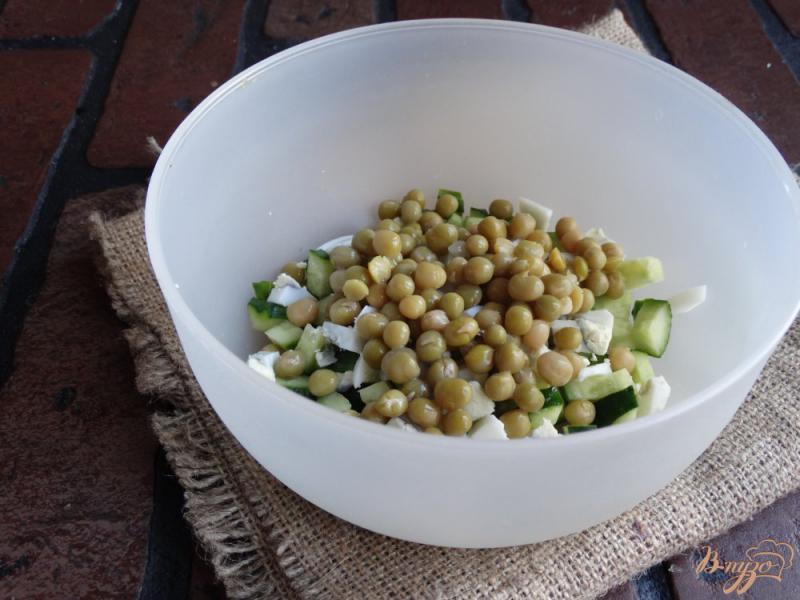 Фото приготовление рецепта: Салат с консервированным горошком и яйцом шаг №3