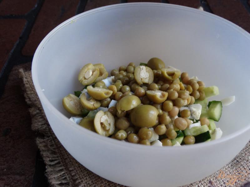 Фото приготовление рецепта: Салат с консервированным горошком и яйцом шаг №4