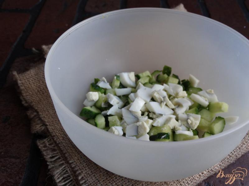 Фото приготовление рецепта: Салат с консервированным горошком и яйцом шаг №2