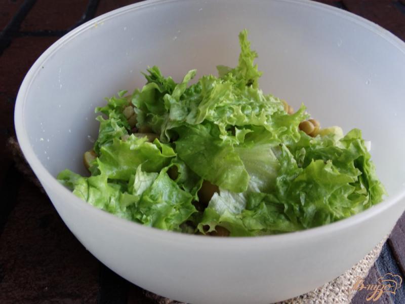 Фото приготовление рецепта: Салат с консервированным горошком и яйцом шаг №5