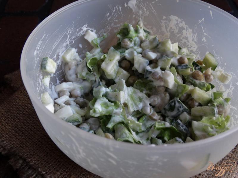 Фото приготовление рецепта: Салат с консервированным горошком и яйцом шаг №7