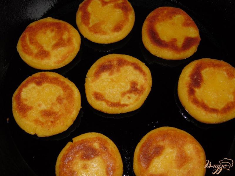 Фото приготовление рецепта: Кукурузные лепешки на молоке шаг №6