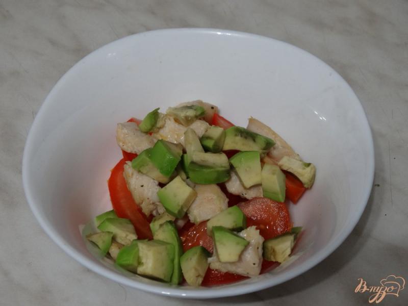 Фото приготовление рецепта: Салат с авокадо и курицей шаг №3