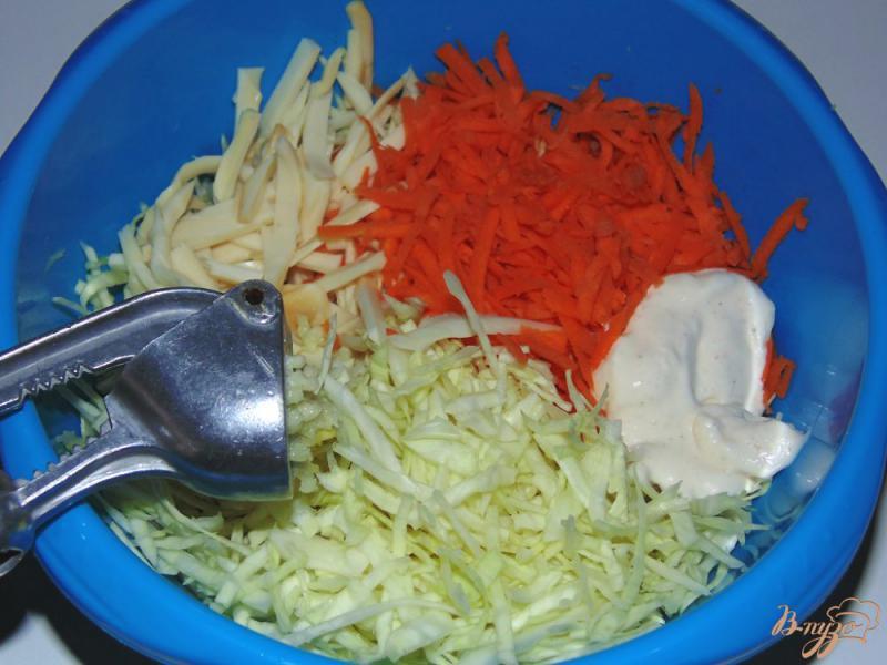 Фото приготовление рецепта: Капустный салат с копченым сыром и морковью шаг №4