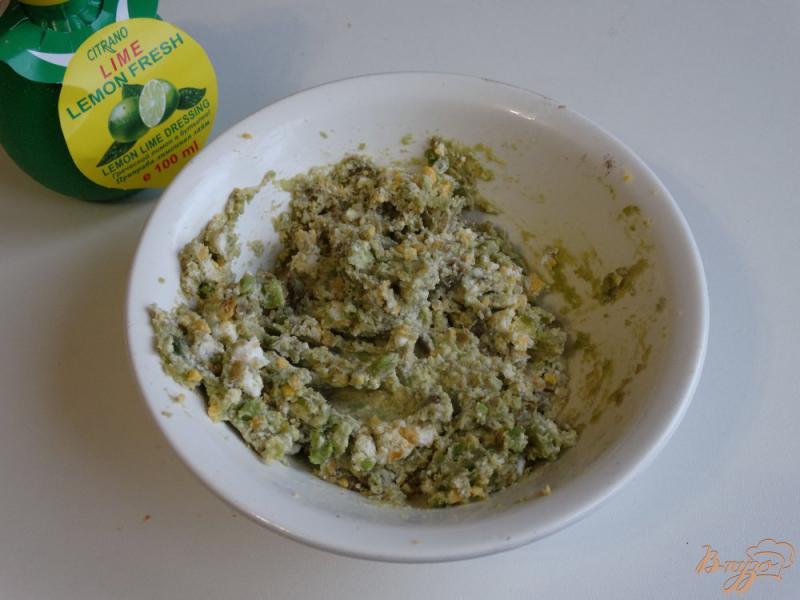 Фото приготовление рецепта: Намазка для бутербродов из авокадо и творога шаг №4