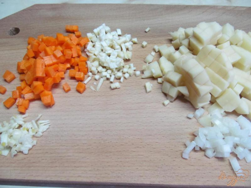 Фото приготовление рецепта: Куриный суп с пастой орзо шаг №2