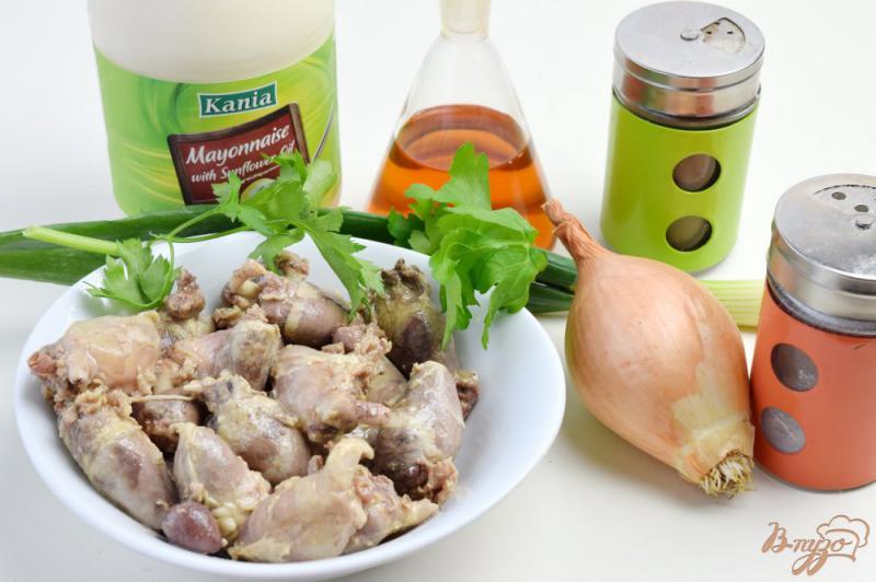 Фото приготовление рецепта: Салат с куриными сердечками и луком шаг №1