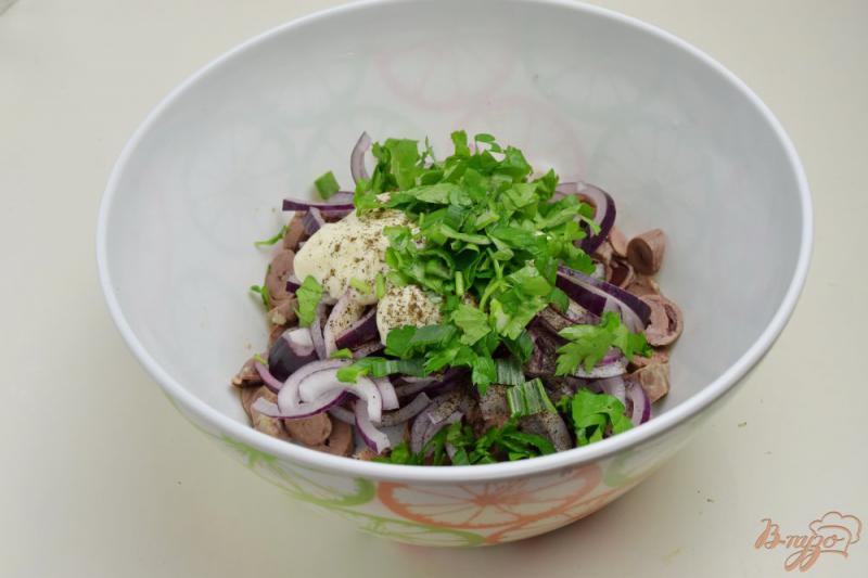 Фото приготовление рецепта: Салат с куриными сердечками и луком шаг №7