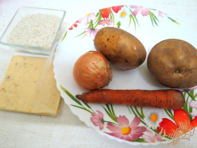 Фото приготовление рецепта: Суп с плавленым сыром, шампиньонами рисом и горошком шаг №1