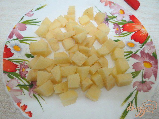 Фото приготовление рецепта: Суп с плавленым сыром, шампиньонами рисом и горошком шаг №3