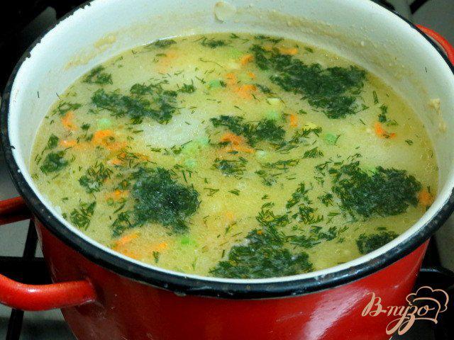 Фото приготовление рецепта: Суп с плавленым сыром, шампиньонами рисом и горошком шаг №6