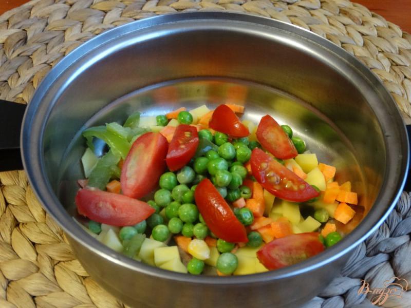 Фото приготовление рецепта: Суп с кабачком и зеленым горошком шаг №4