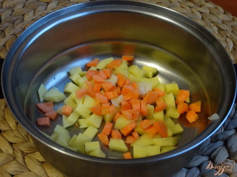 Фото приготовление рецепта: Суп с кабачком и зеленым горошком шаг №2