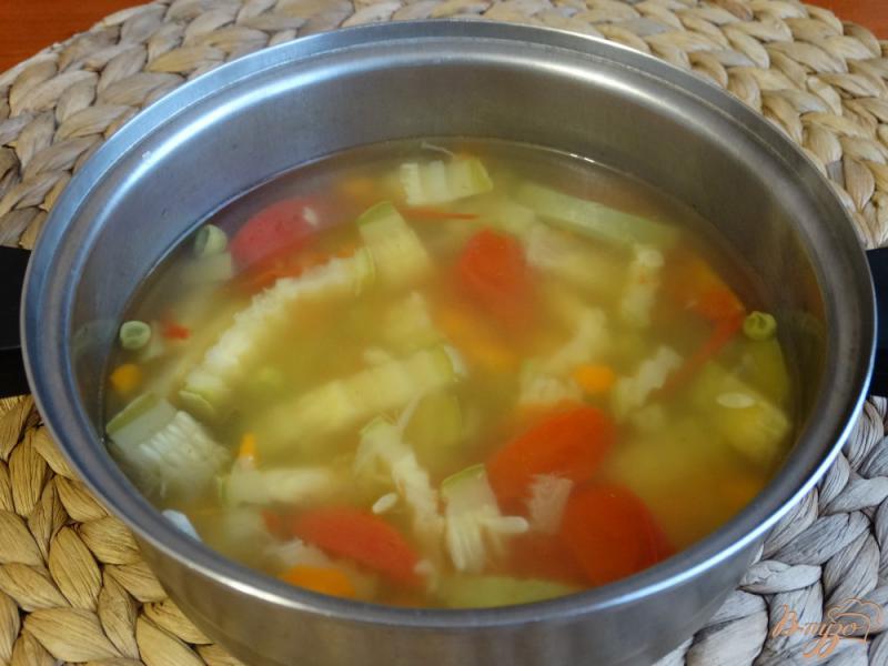 Фото приготовление рецепта: Суп с кабачком и зеленым горошком шаг №7