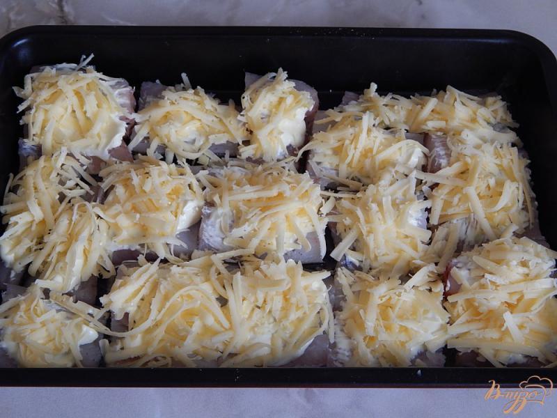 Фото приготовление рецепта: Минтай под сыром шаг №4