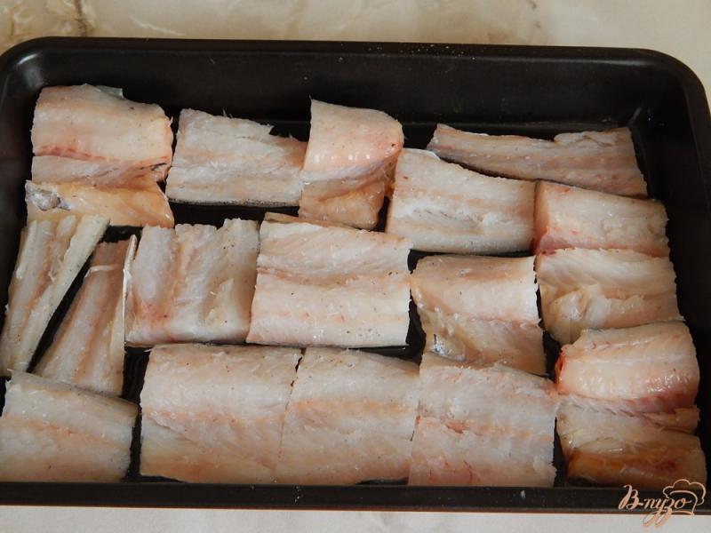 Фото приготовление рецепта: Минтай под сыром шаг №3