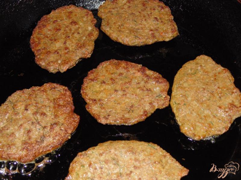 Фото приготовление рецепта: Котлеты из говяжьей печени с зеленью шаг №6