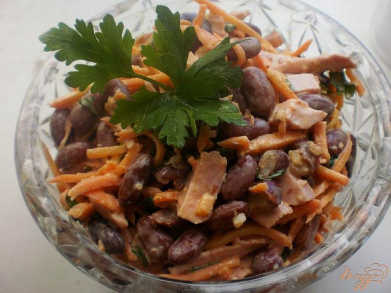 Фото приготовление рецепта: Салат с морковью, фасолью и ветчиной шаг №6
