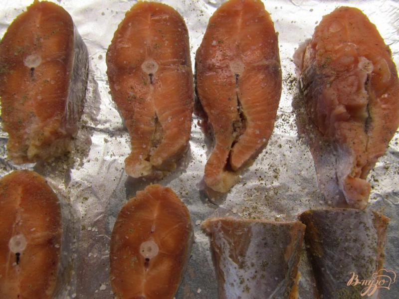 Фото приготовление рецепта: Медальоны из горбуши в сливках шаг №3