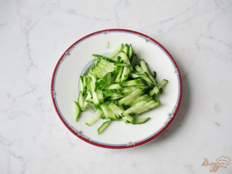 Фото приготовление рецепта: Весенний салат с огурцом, черемшой и помидором шаг №2