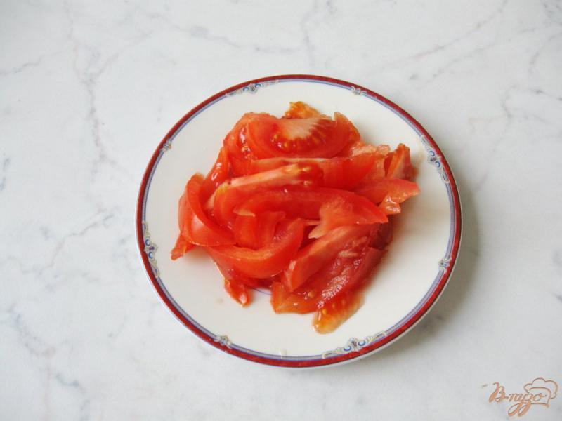 Фото приготовление рецепта: Весенний салат с огурцом, черемшой и помидором шаг №3