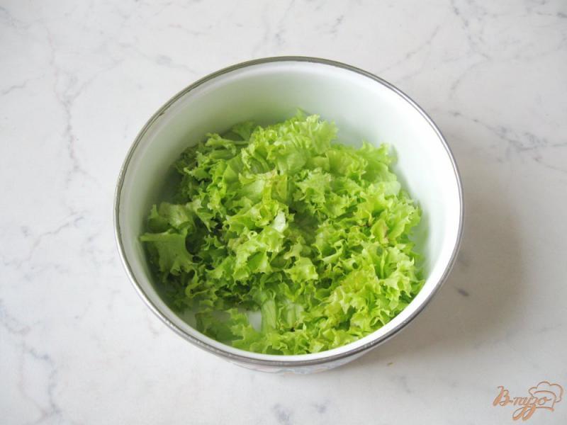 Фото приготовление рецепта: Весенний салат с огурцом, черемшой и помидором шаг №4