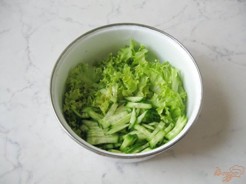 Фото приготовление рецепта: Весенний салат с огурцом, черемшой и помидором шаг №5