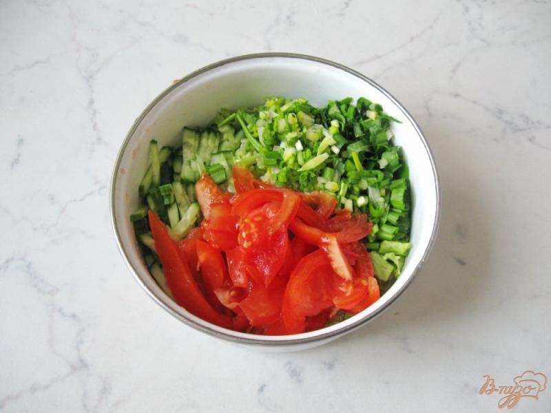 Фото приготовление рецепта: Весенний салат с огурцом, черемшой и помидором шаг №7