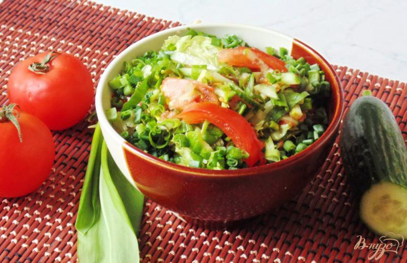 Фото приготовление рецепта: Весенний салат с огурцом, черемшой и помидором шаг №8