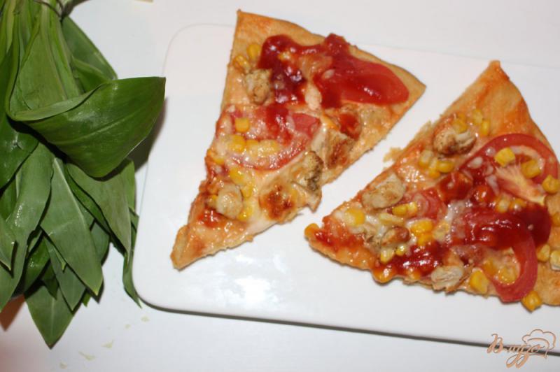 Фото приготовление рецепта: Пицца с курицей на тонком тесте шаг №7