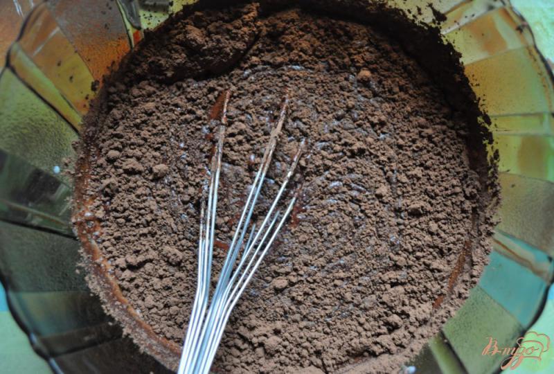 Фото приготовление рецепта: Шоколадные маффины на кефире шаг №3
