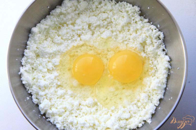 Фото приготовление рецепта: Творожная запеканка с манкой и изюмом в мультиварке шаг №2