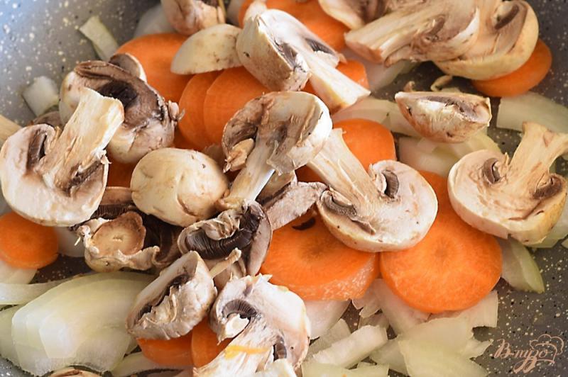 Фото приготовление рецепта: Икра баклажанная с грибами шаг №2