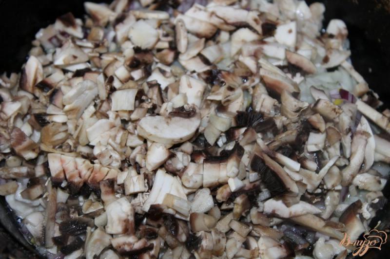 Фото приготовление рецепта: Грибной жульен с курицей запеченный в горшочке шаг №5